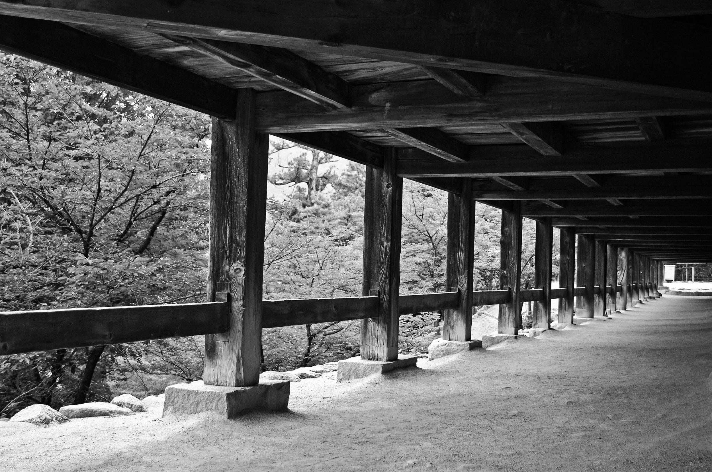 Below Senjokaku Hall (Toyokuni Shrine), the name referencing its size of 1000 tatami mats.