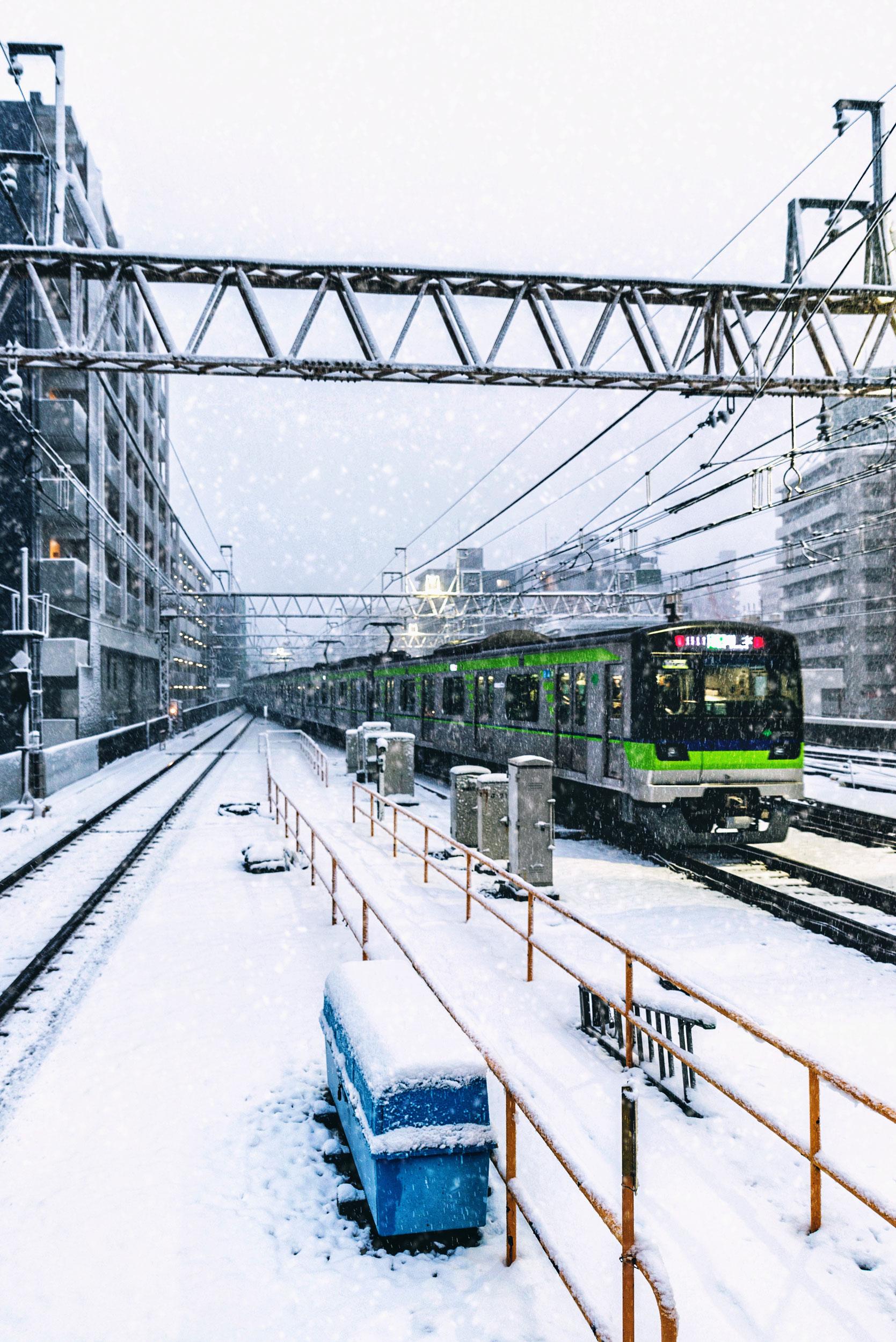 A Keio line train departs Sasazuka station bound for Hashimoto.