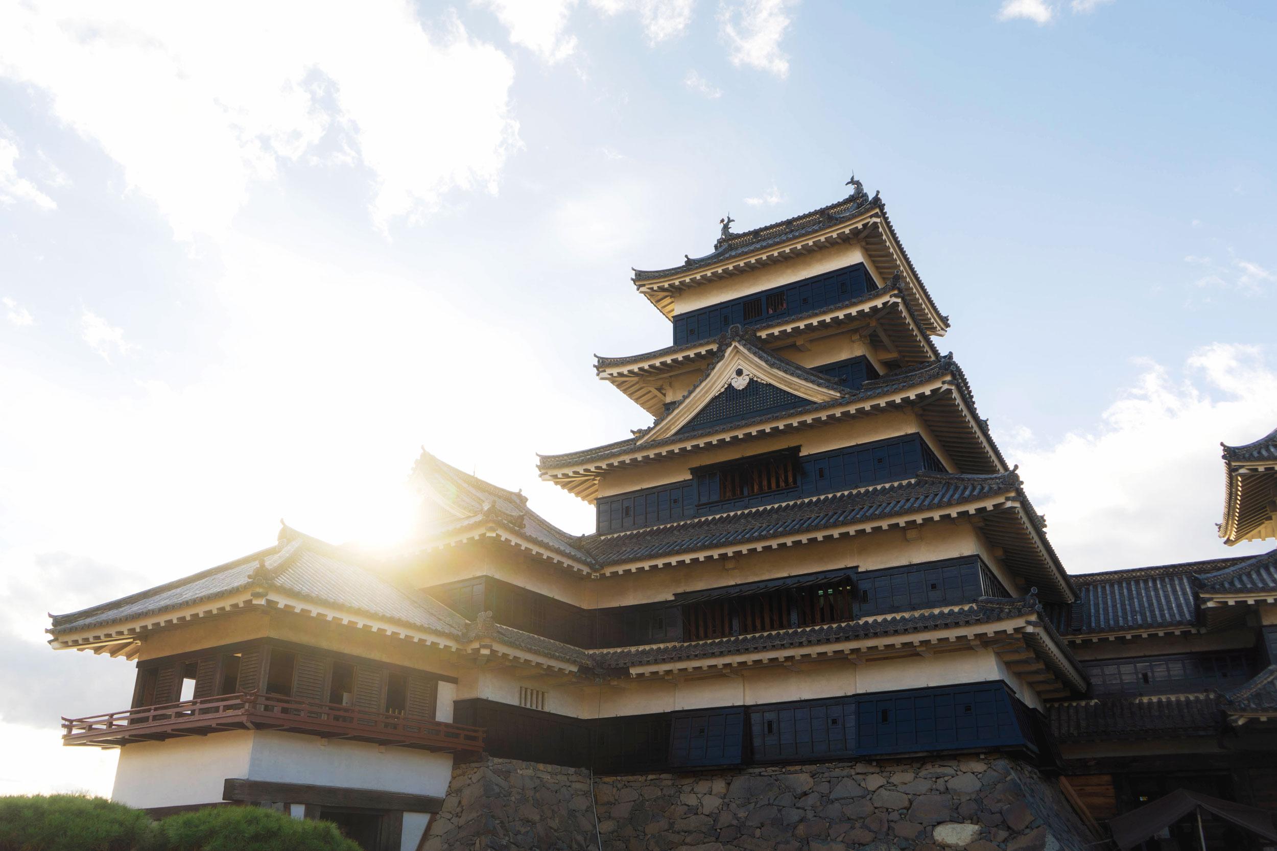 The sun behind Matsumoto Castle