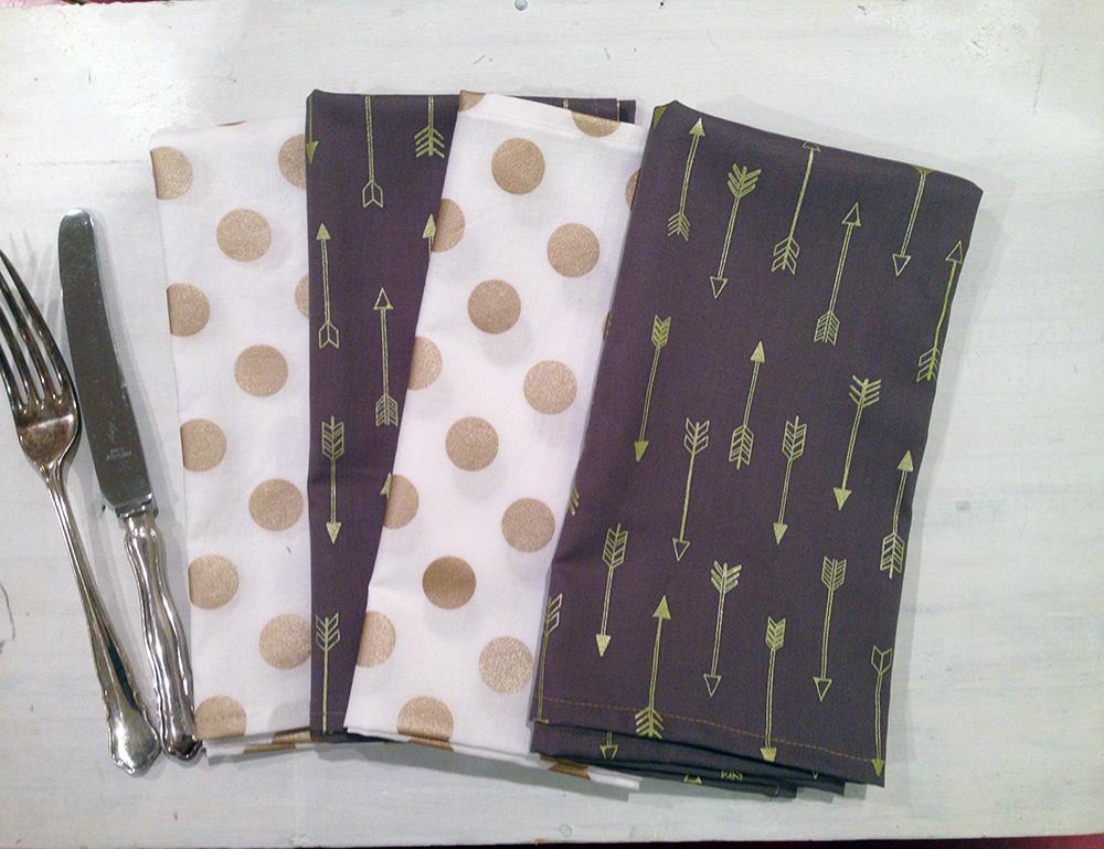 Metallic gold arrow and dot napkin set