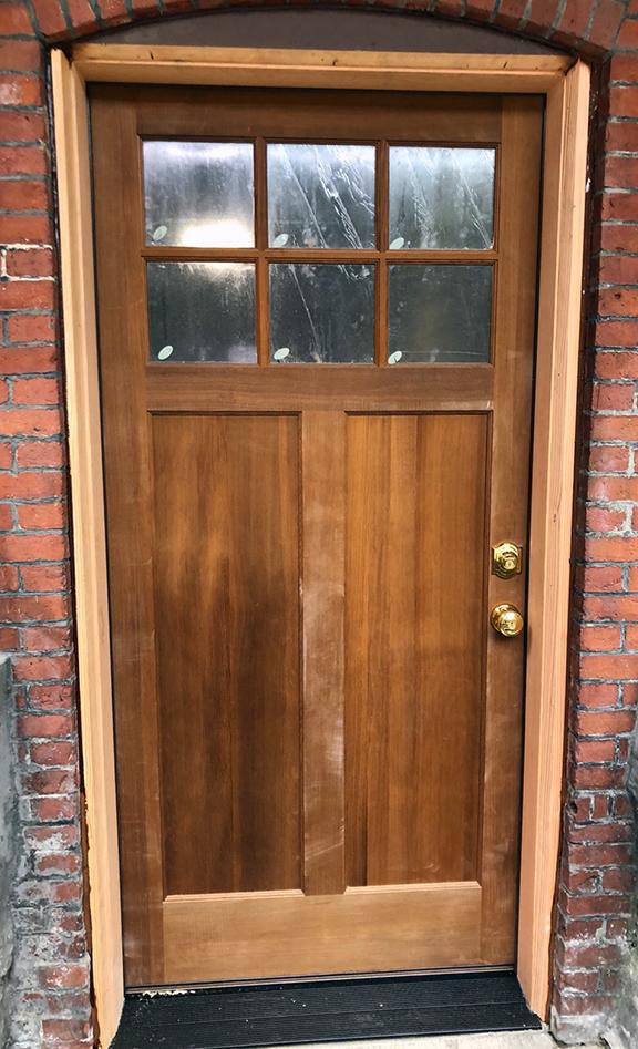 Torrefied fir door in a fir jamb (Photo by Wenes Negreli / Elite Company)
