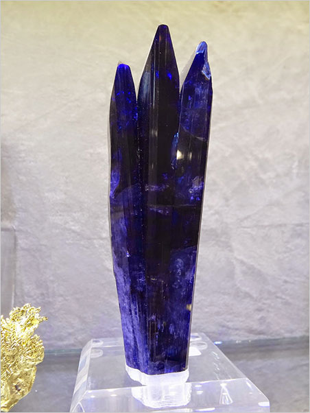 Tasty troika. Crystal Classics, as usual, had some sexy specimens, such as this triple crystal of tanzanite. (Photo: Eloïse Gaillou)