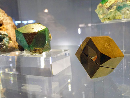 Crystal and model. Cuprite pseudomorphed into malachite from Onganja, Namibia, with its crystallographic wood model. Natur Musée collection. (Photo: Eloïse Gaillou)