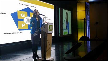 Dr. Isabel Ulloa, Colombia's Vice Minister of Mines, addressing the opening session of the Symposium.