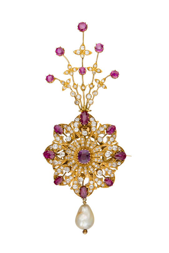 Brooch.  Gold, diamond and ruby  sarpech  (brooch), once belonging to the Maharaja of Patiala. The jewel is set with 133 diamonds, 15 Burmese rubies and one large natural pearl (23.5 mm). Date of manufacture ca. 1920s to 1930s. Wt. 85.5 g; 13.8 cm l. D. Content,  Ruby, Sapphire & Spinel: An Archaeological, Textual and Cultural Study. Part II: The Babar-Content Collection  (Turnhout 2016), 238–241 pls [unnumbered] no. 93. (Photo: Gonzalo Salcedo)