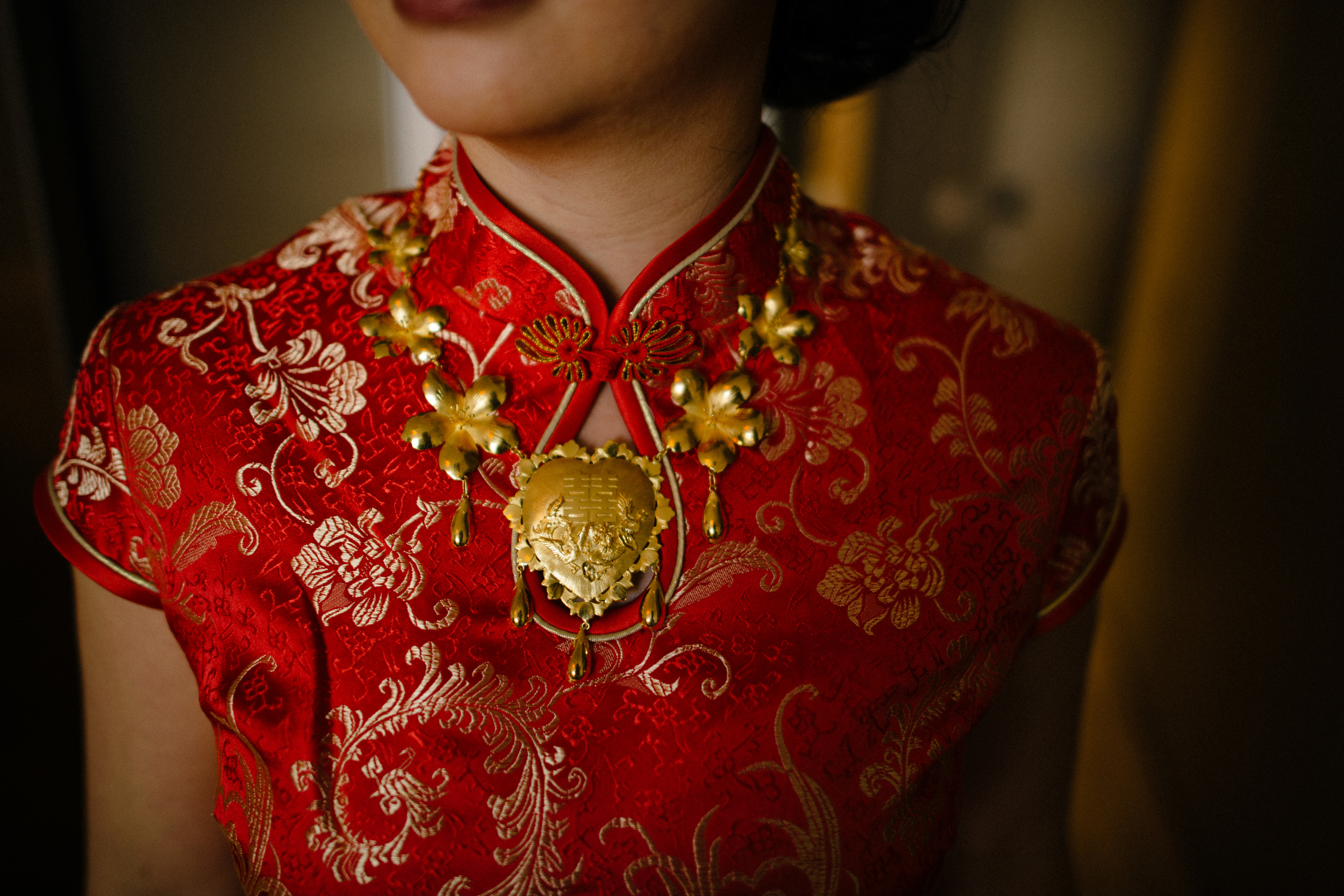 Bride portrait in Cheongsam, tradition Chinese wedding dress, photo by 3B Photography