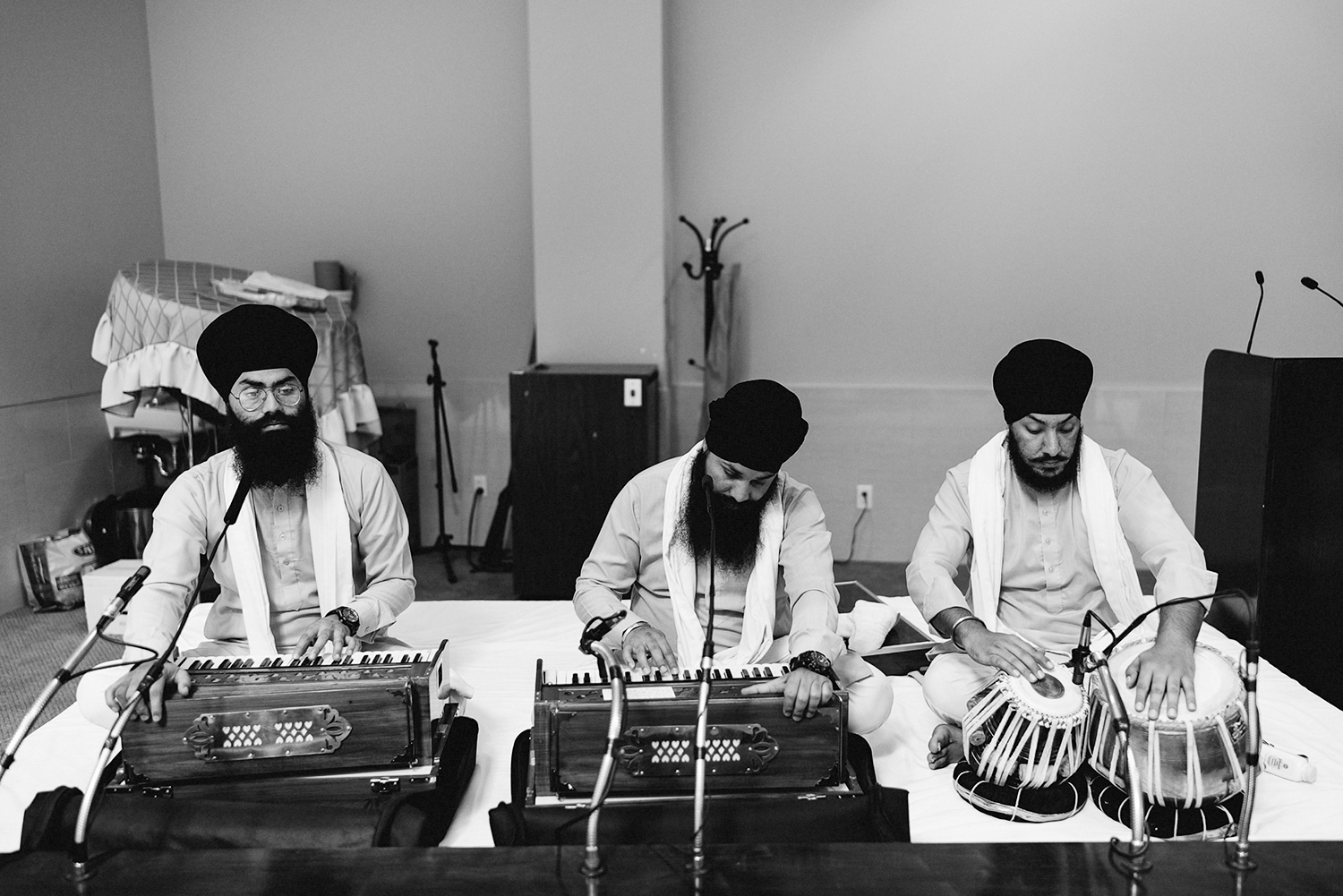 Toronto-Photojournalism-wedding-photographers-3B-Photography-Candid-Documentary-Film-Photography-Analog-Ontario-Hamilton-Port-Perry-Venue-temple-ceremony-sikh-mucisians-playing.jpg