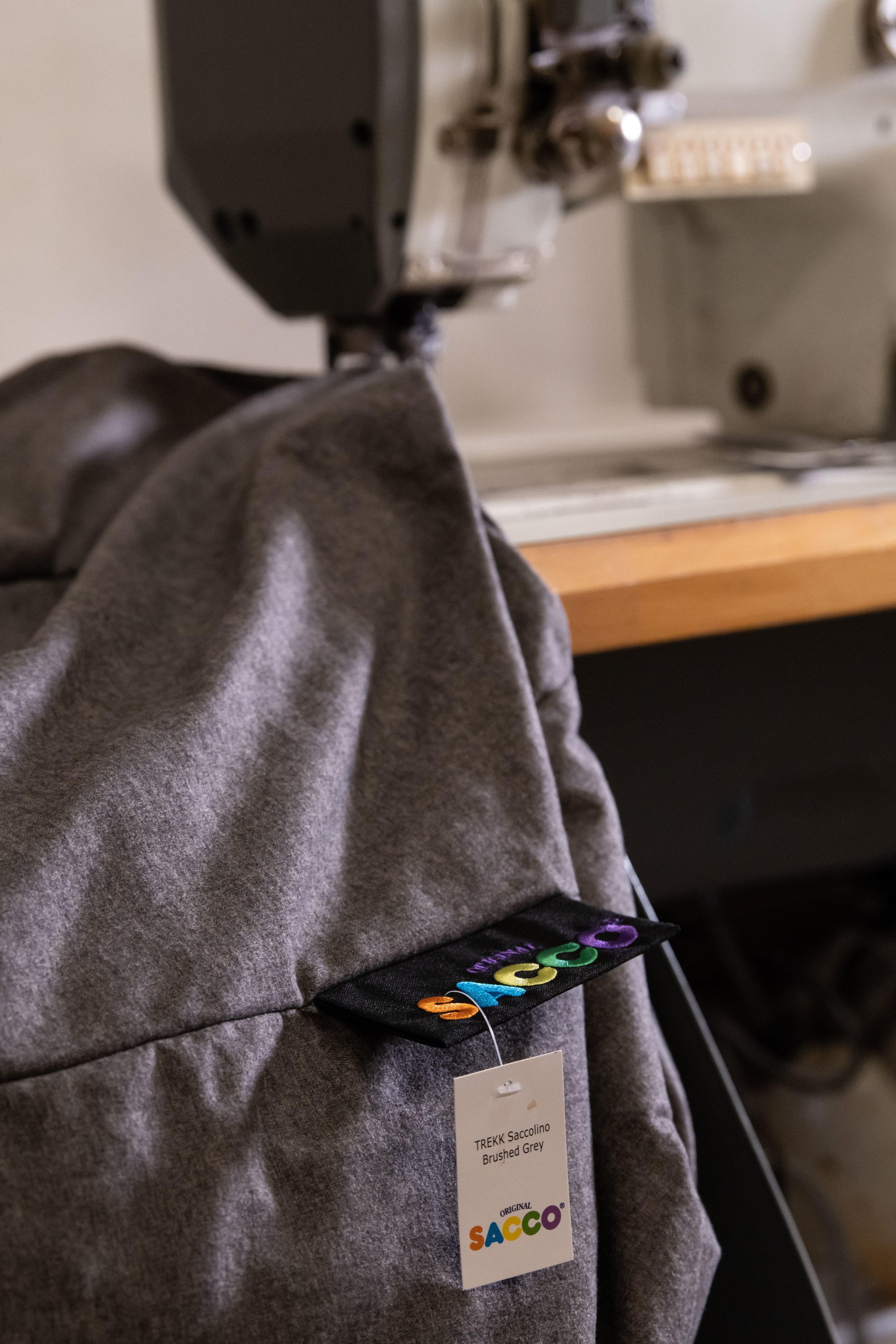 Sacco® produseres i Innvik. - Sacco® produserer alle møblene i Innvik. Denne bygda har lange tradisjoner innenfor tekstilproduksjon og søm.Med nære geografiske forbindelser til Sunnmøre og møbeltradisjonene der, er det naturlig at Innvik både har egen produksjon og har bedrifter som er underleverandører til møbelindustrien.Tradisjonene fra konfeksjon, søm, og tekstilproduksjon gjør Innvik til et perfekt sted å utvikle Sacco® videre som et designikon.