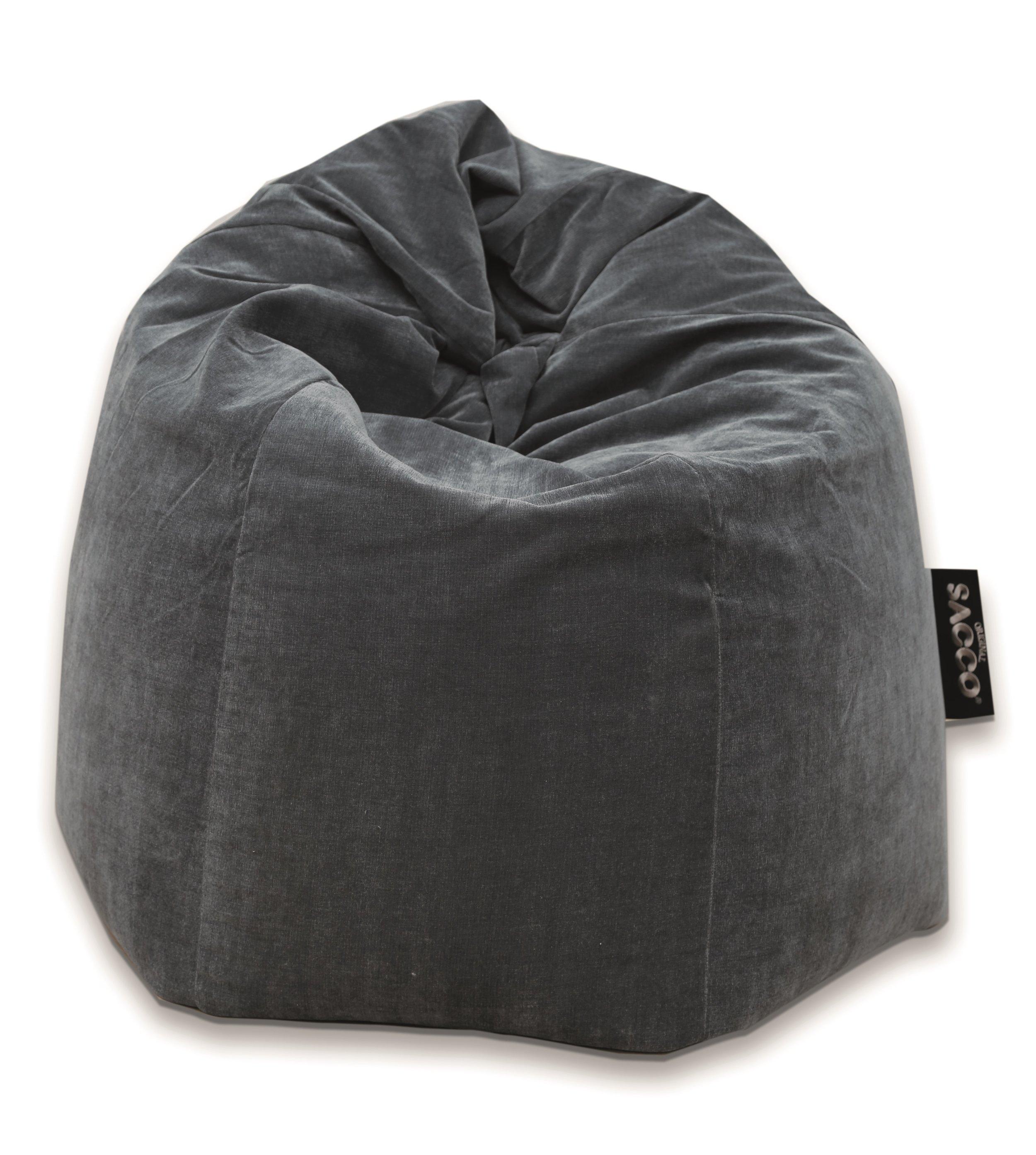 """Sacco® medium pluss - Fra 190 til 300.Vi får stadig vekk henvendelser vedrørende store Saccosekker.De siste årene har vi utvidet kolleksjonen i størrelsen - medium pluss. Vi har beholdt den velkjente og patenterte formen, men økt opp volumet fra 190 liter til 300 liter. Dette gjør at en voksen finner seg komfortabelt til rett i stolen.Med dagens lave salongbord, er det også behagelig å sitte i en Sacco medium pluss med en kopp kaffe.Ta en tur til en av våre samarbeidspartnere og prøv den ut. Se """"forhandlerliste""""."""
