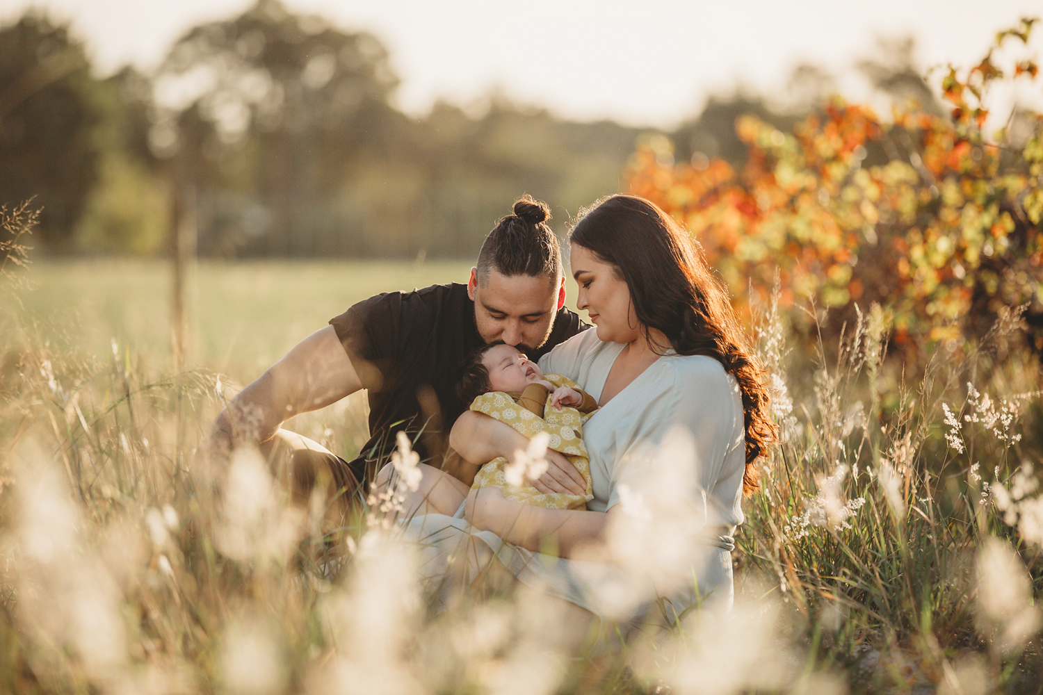 kissing-in-the-grass-perth-family-photography.jpg