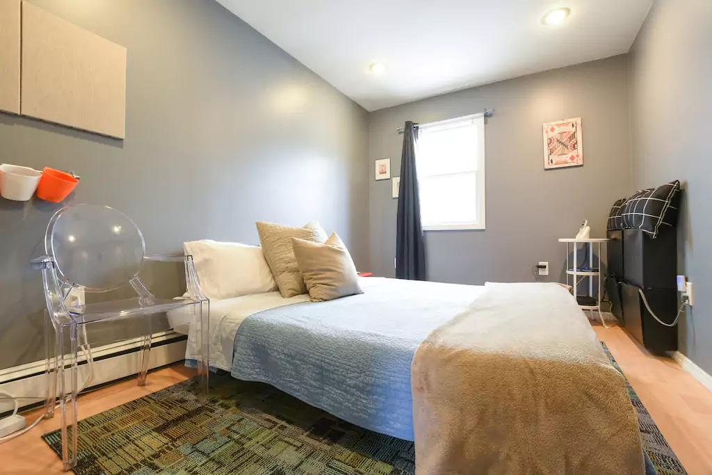 17 Bedroom 2, with queen bed.png