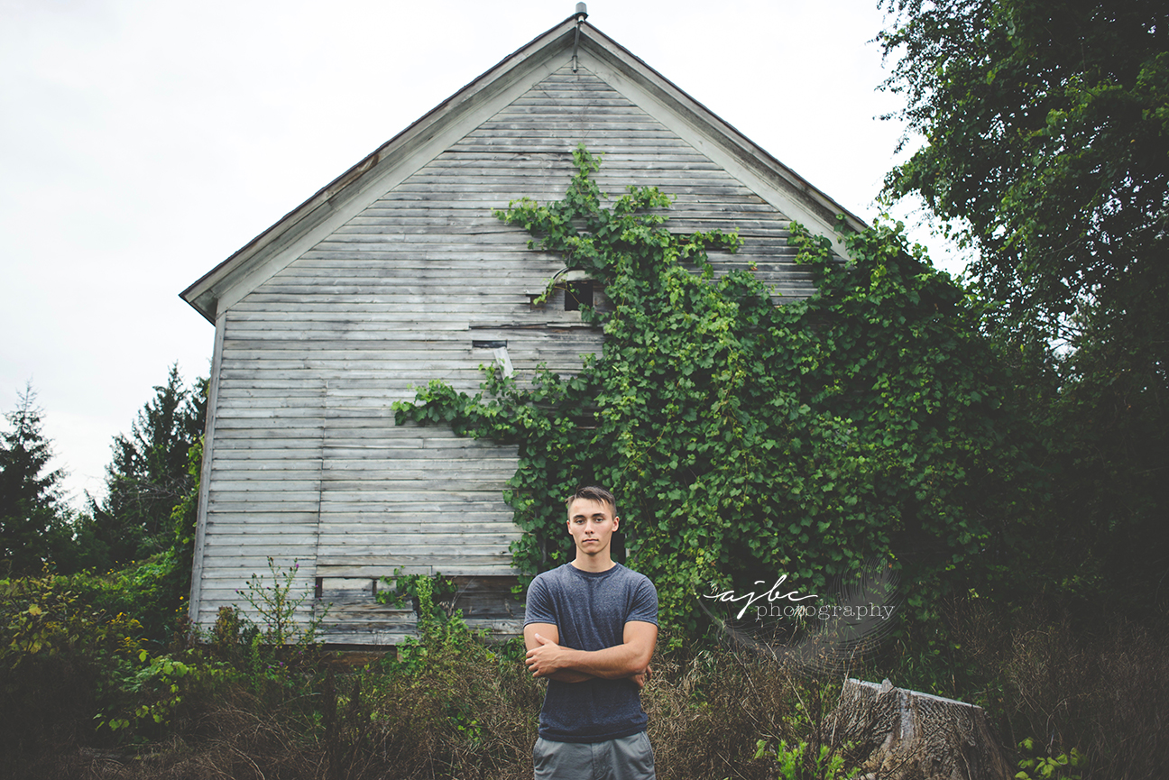 senior photoshoot in abadoned building.jpg