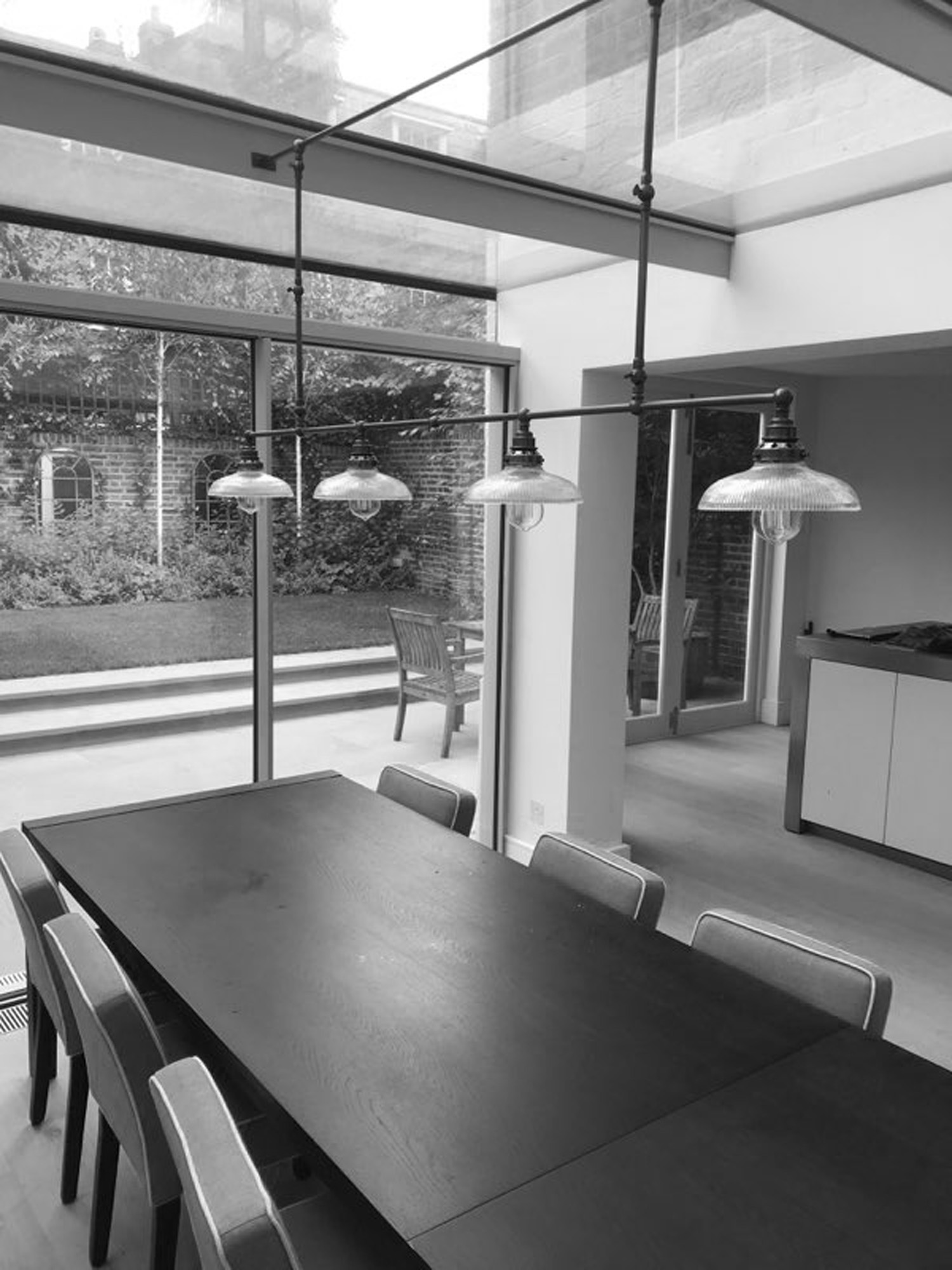 July 2018  Our bespoke adjustable dining room pendant light completes the scene in our newly refurbished villa in Holland Park. Great work by the David Turner Workshop.   Link to project