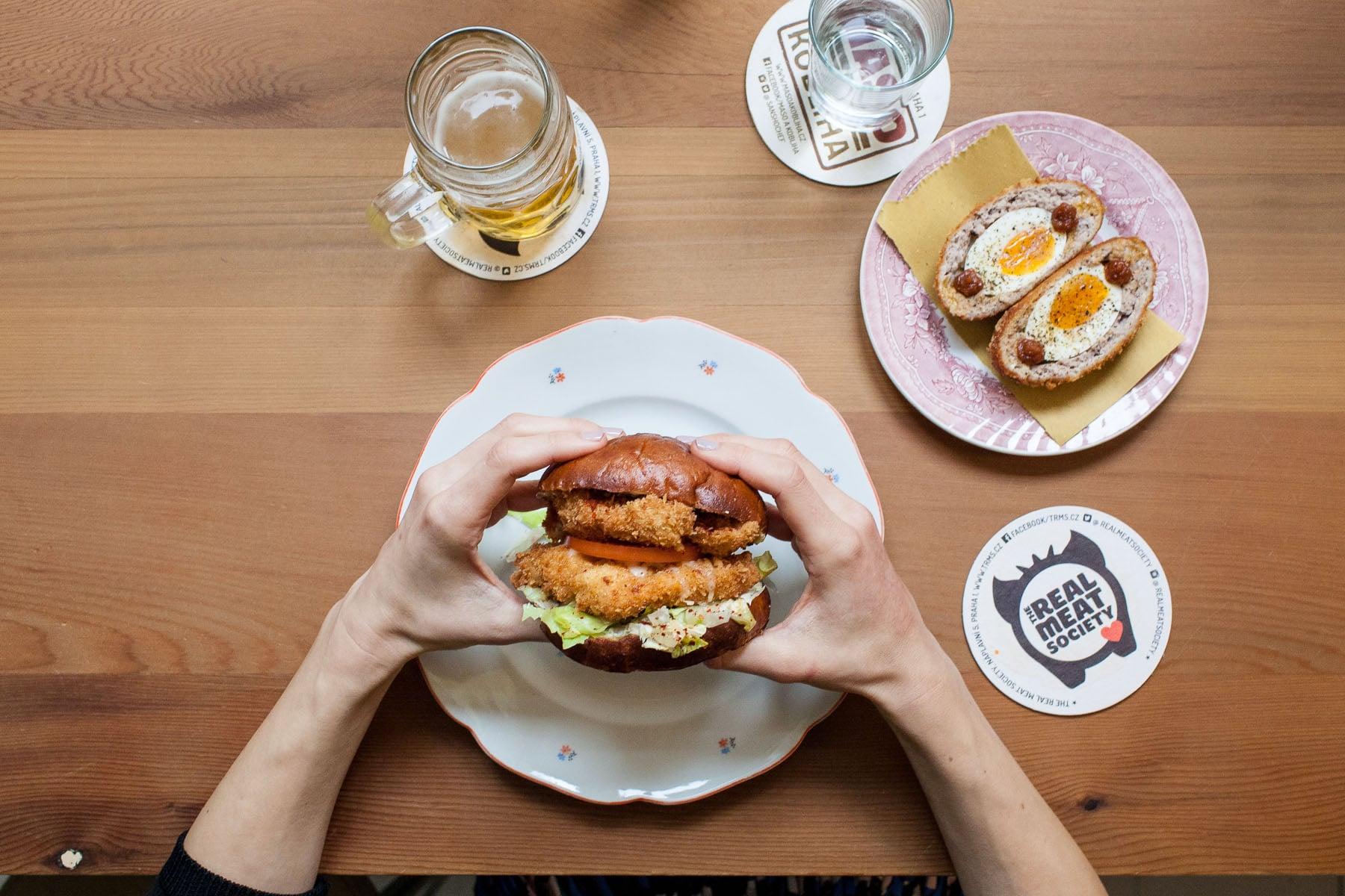 Maso-a-kobliha-Prague-catfish-burger