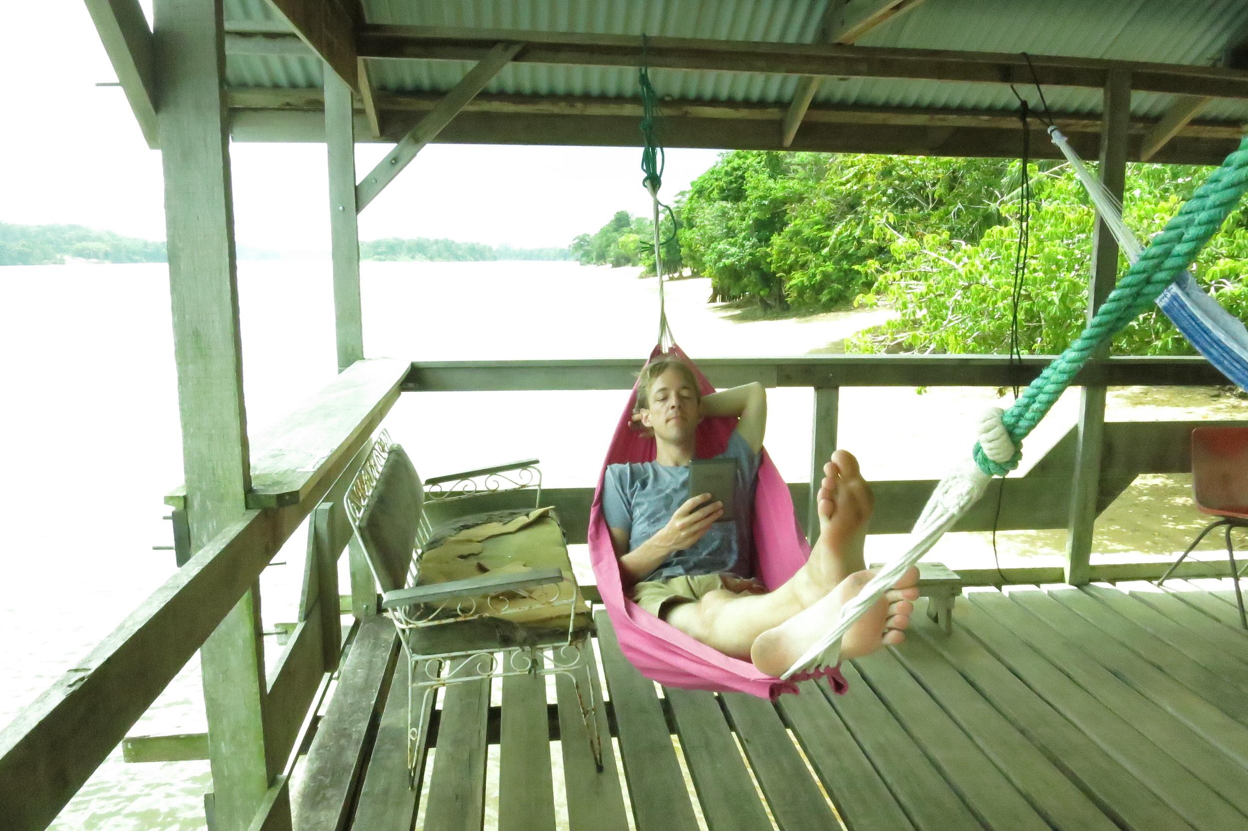 Bart, mede-oprichtervan  Spotted by Locals leest Solo op zijn e-reader in Suriname. Hij vond het heerlijk kurkdroge Brusselmans-humor, maar dananders.