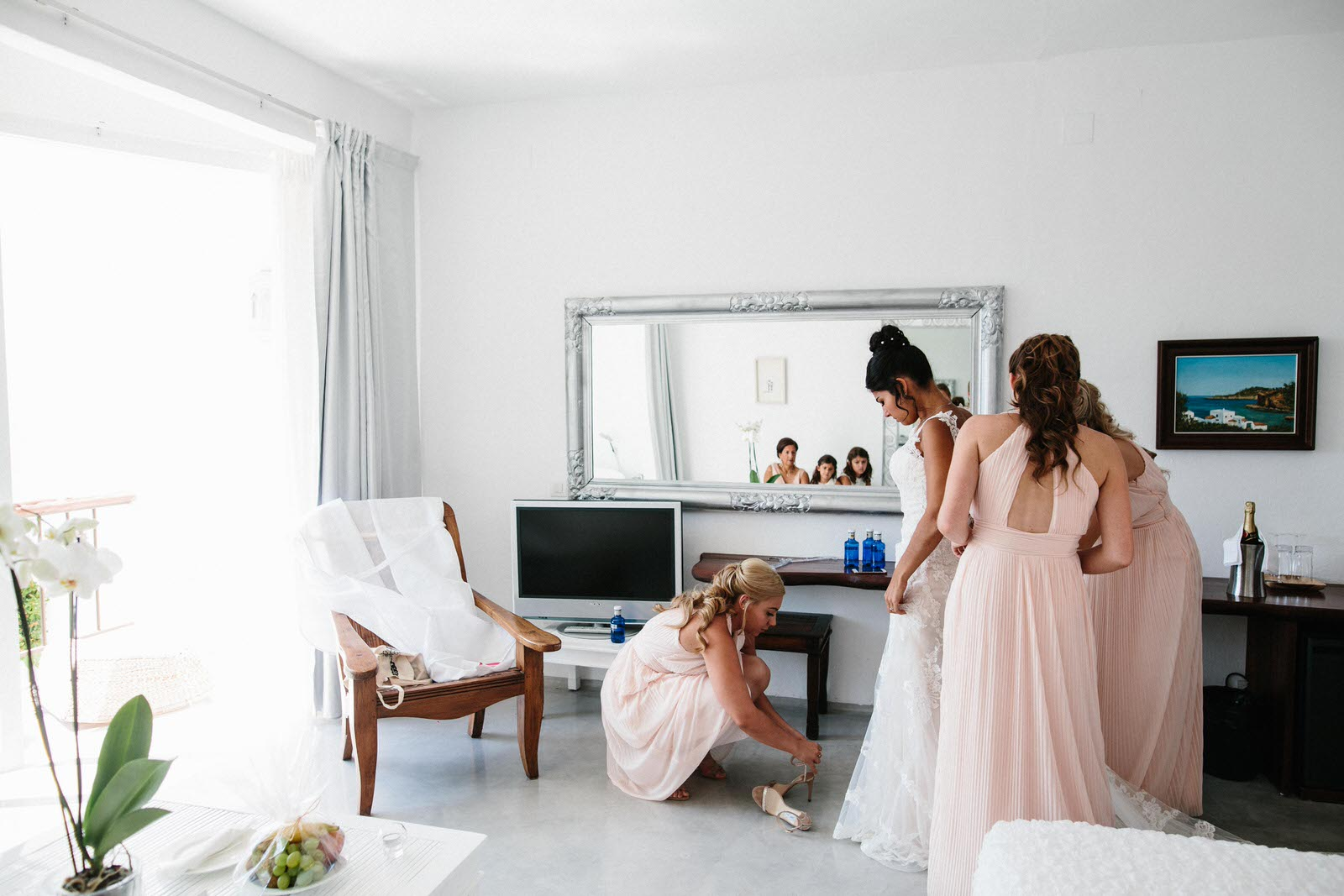 wedding-preparation-with-bridesmaids