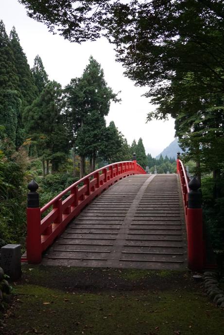 女人禁制だった立山へ登る代わりに、女性たちはこの布橋を渡り極楽往生を願う。あの世とこの世の架け橋とされ、煩悩と同じ  108  枚の板が並ぶ。