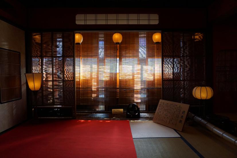 金沢のひがし茶屋街に1820年に建てられた茶屋「志摩」。 旦那衆の笑い声と琴、三弦の音色が聞こえてきそう。国の重要文化財に指定されている。
