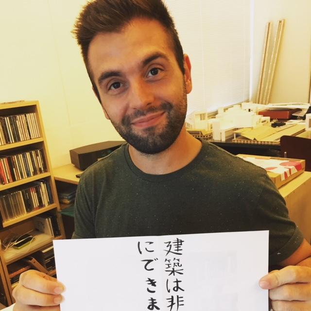 マルコ君が書いた日本語、上手です。 何と書いてあるか気になりますね。「建築は非表示にできません」と書きましたが、「建築はごまかしがきかない。建築は嘘をつかない。」というニュアンスを表現したかったようです。