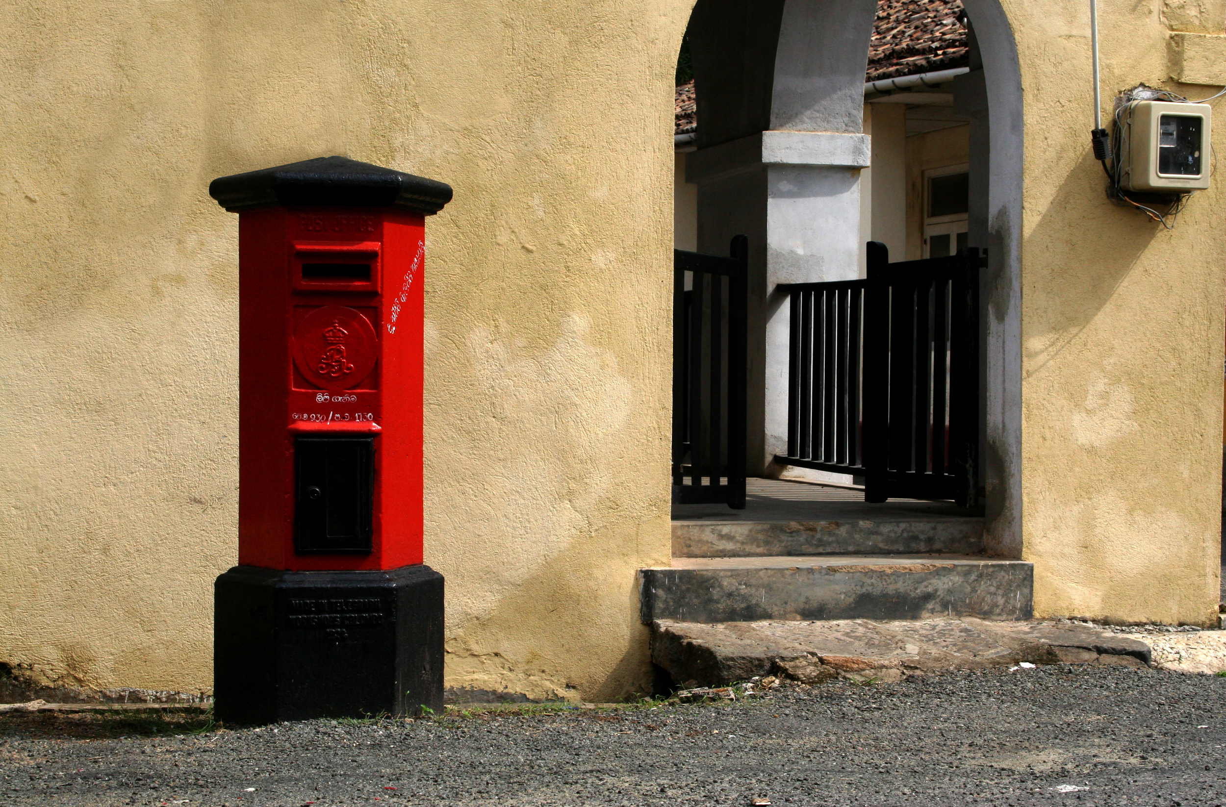 invite-to-paradise-sri-lanka-holiday-honeymoon-vacation-specialists-galle-fort-fortress-city-red-post-box-street.jpg