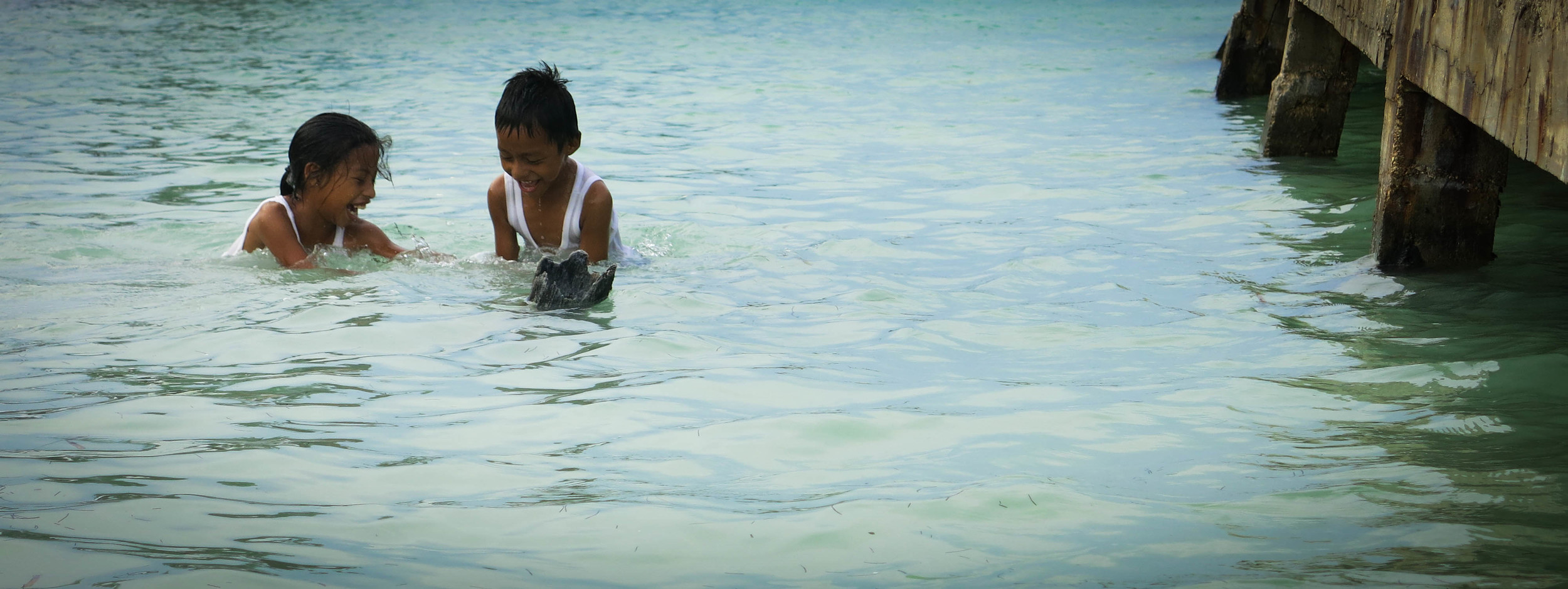 caye caulker children play in ocean