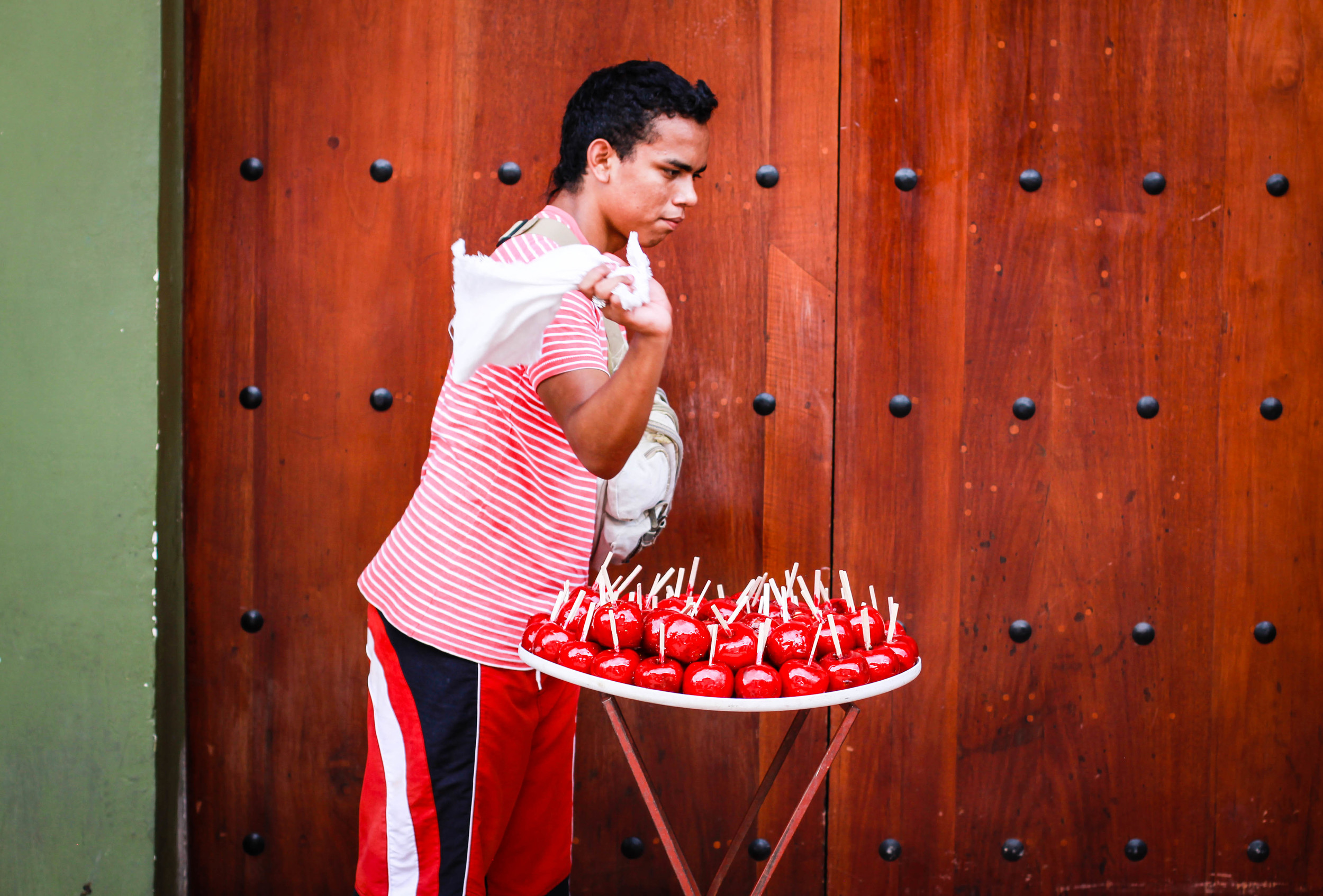 selling-toffee-apples-leon-nicaragua
