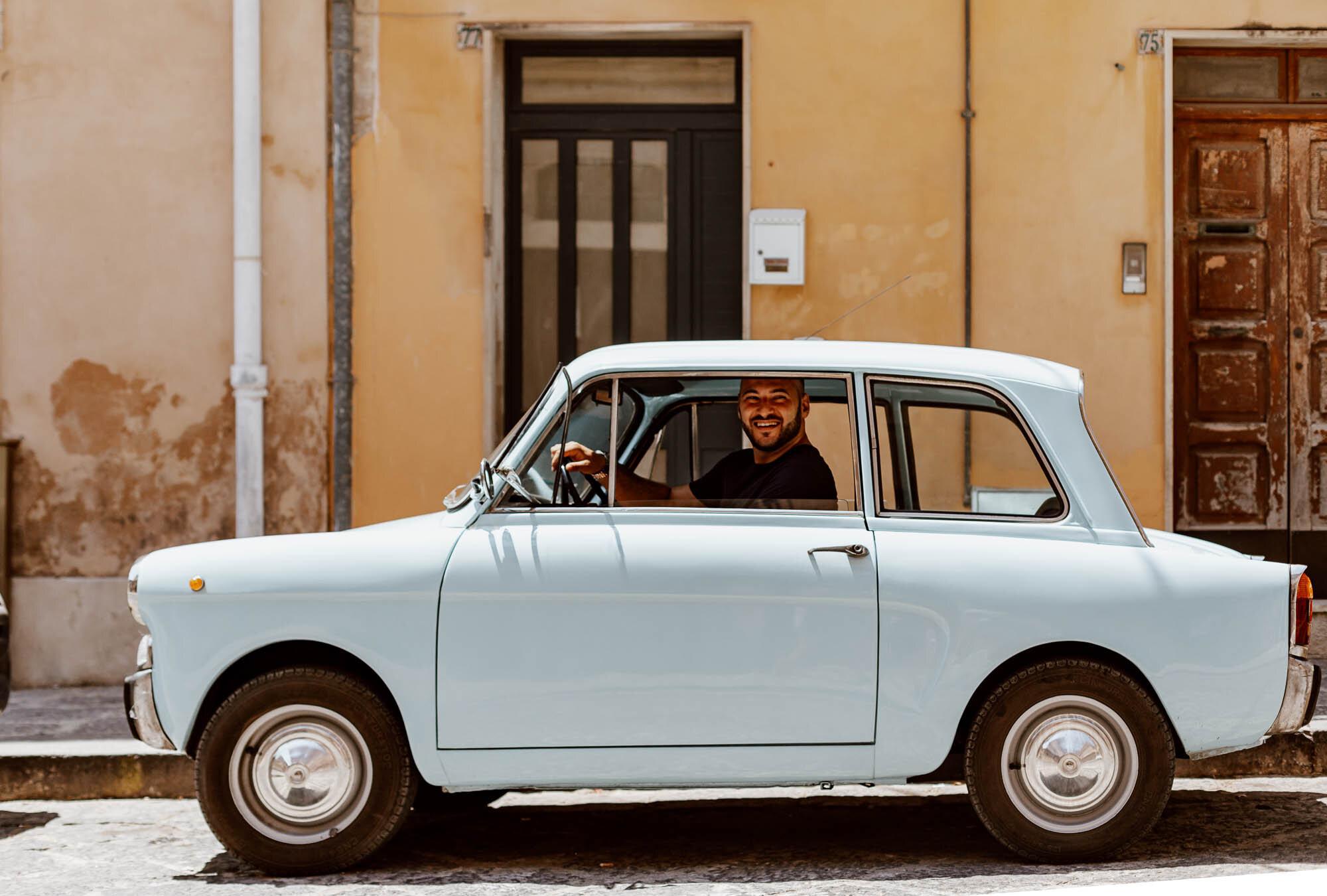 在诺托开着老爷车的微笑意大利男人