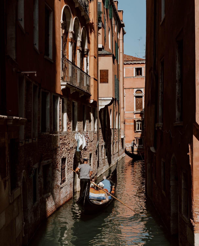 威尼斯运河上的船夫