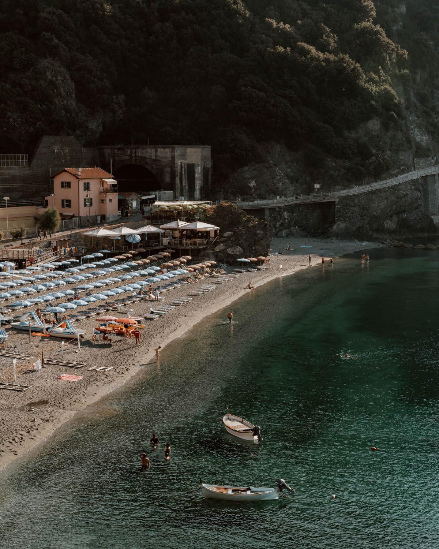 沙滩上有遮阳伞和小船
