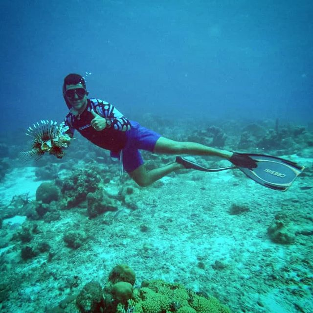 Brandon catching a Lionfish at 20 meters - Freediving!! So cool! @brandon_morales1996 🤙 Lionfish Hunters from Curacao, San Andres and Providencia united thanks to @conservacioncolombia and @corpcoralina . . . . . #lionfish #lionfishhunt #spearfishing #lionfishjewelry #fish #reef #lionfishjewellery #koraalduivel #pez #pezleon #vis #freediving #cressi #curacao #rightnowincuracao #invasivespecies #spear #zookeeper #food #protectthereef