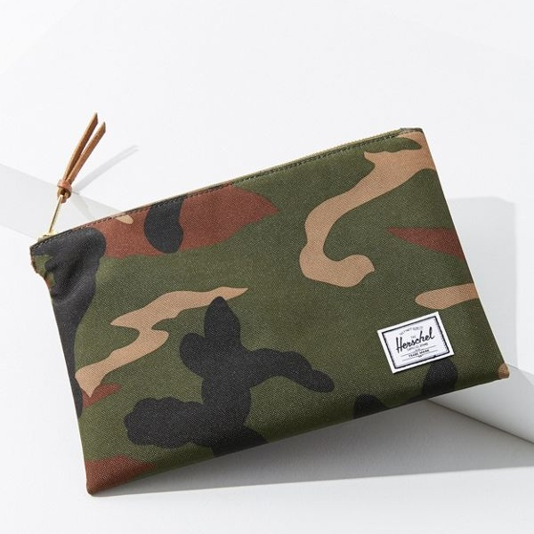 CAMO URBAN OUTFITTER CLUTCH
