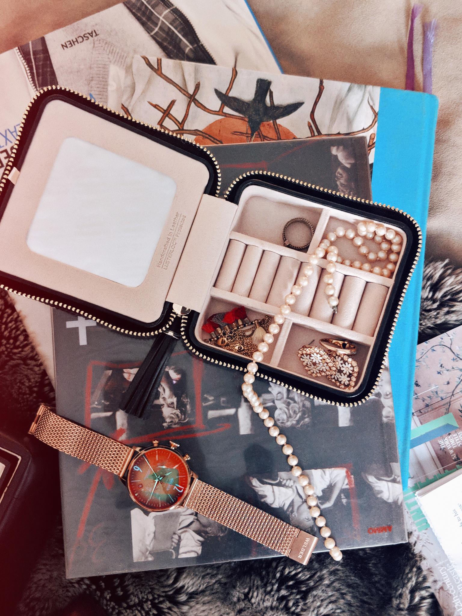 Mini jewelry travel case