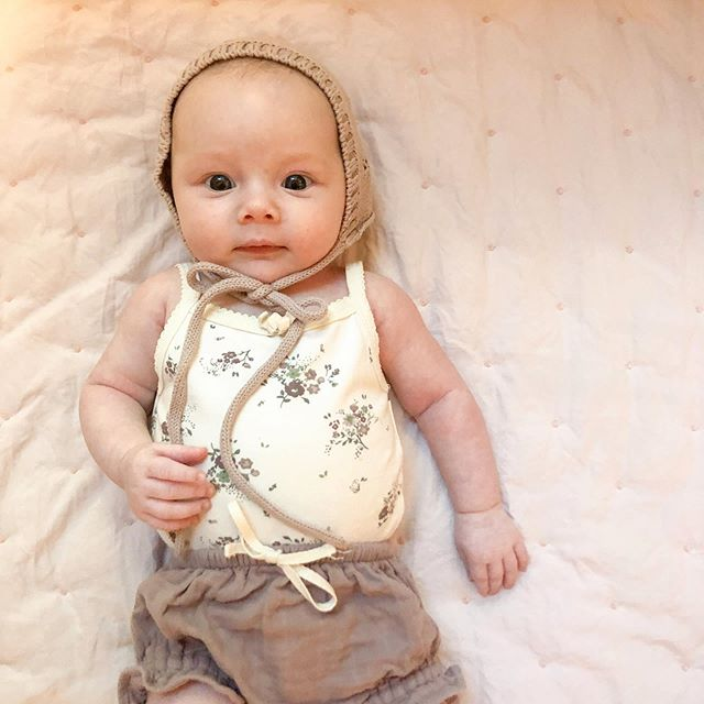 Big sister is enjoying playing dress up with her new doll 💗 . . . #jamiekay #maggie #babygirl #ootd #babyfashion #bonnet #letthembelittle #lovelysquares #flashesofdelight #motherhoodrising #motherhood #twomonths #magicofchildhood