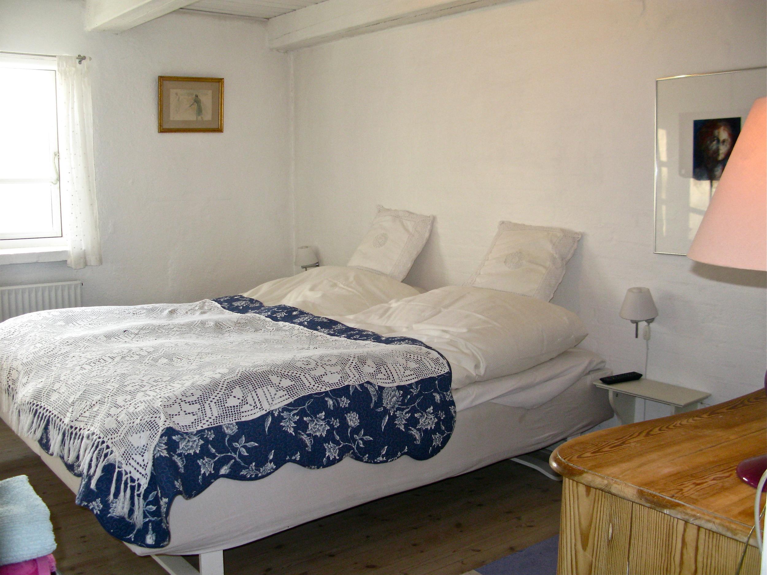 """Begge værelser har 2 enkeltsenge sat sammen til en dobbelt seng, der er fladskærm, fri Wi-Fi, senge linned, 2 håndklæder, hjemmesko, en badekåbe og som tidligere nævnt adgang  til delt badeværelse, """"fransk køkken""""  og Orangeri."""