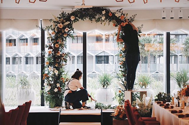 #bts of a floral arch set up!! Honestly, I think I'm addicted to the adrenaline from setting up a floral arch 😖😖😖 many years in but still soooo much fun! But the loading and unloading is a biatchhhhhhh. 😢