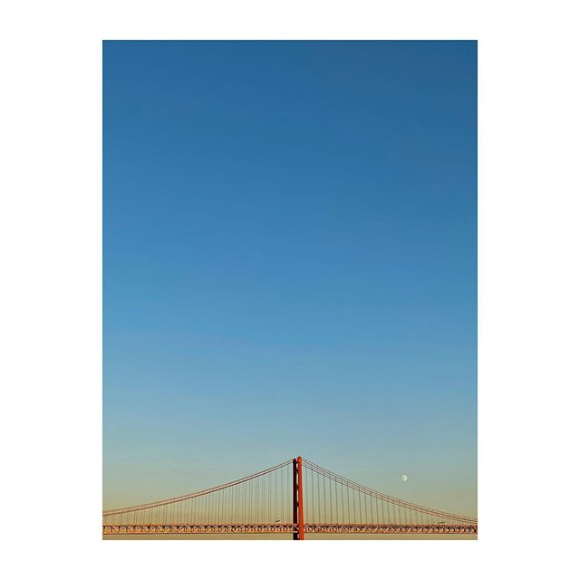 Final de tarde perfeito. #tejo #pontevinteecincodeabril #lisboa #sudlisboa #sunset #goldenlight #portugal #minimalism #bridge #instabeauty #photooftheday