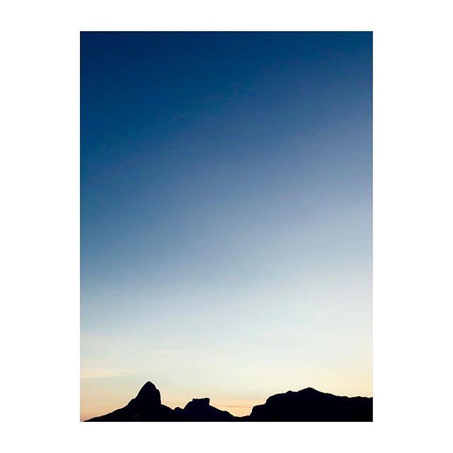 Oi Rio 💙 #cidademaravilhosa #rj #rioeuamoeucuido #sunset #silhouette #lagoarodrigodefreitas #errejota #instanature #instaprints #fineartphoto