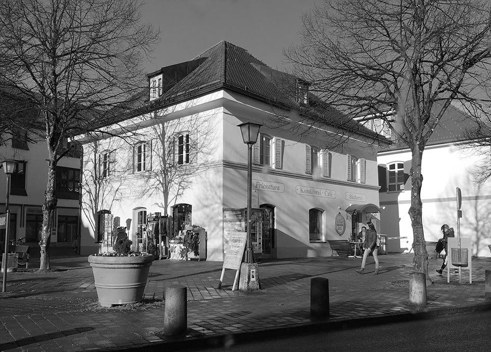 Das Büro der Agentur 7403 nimmt den 1. Stock des Gebäude am Rathausplatz 3,mitten im Zentrum vom Prien am Chiemsee ein. Der Bahnhof ist ca. 400 m entfernt. Parkplätze finden sie gegenüber auf dem Weidacherparkplatz. Per Auto erreichen Sie Prien über die Autobahn A8 Salzburg München, Ausfahrt Bernau / Felden