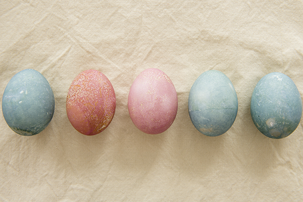 naturally dyed easter eggs - chasing saturdays