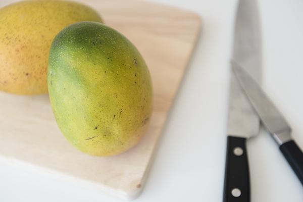 how to cut a mango - chasing saturdays
