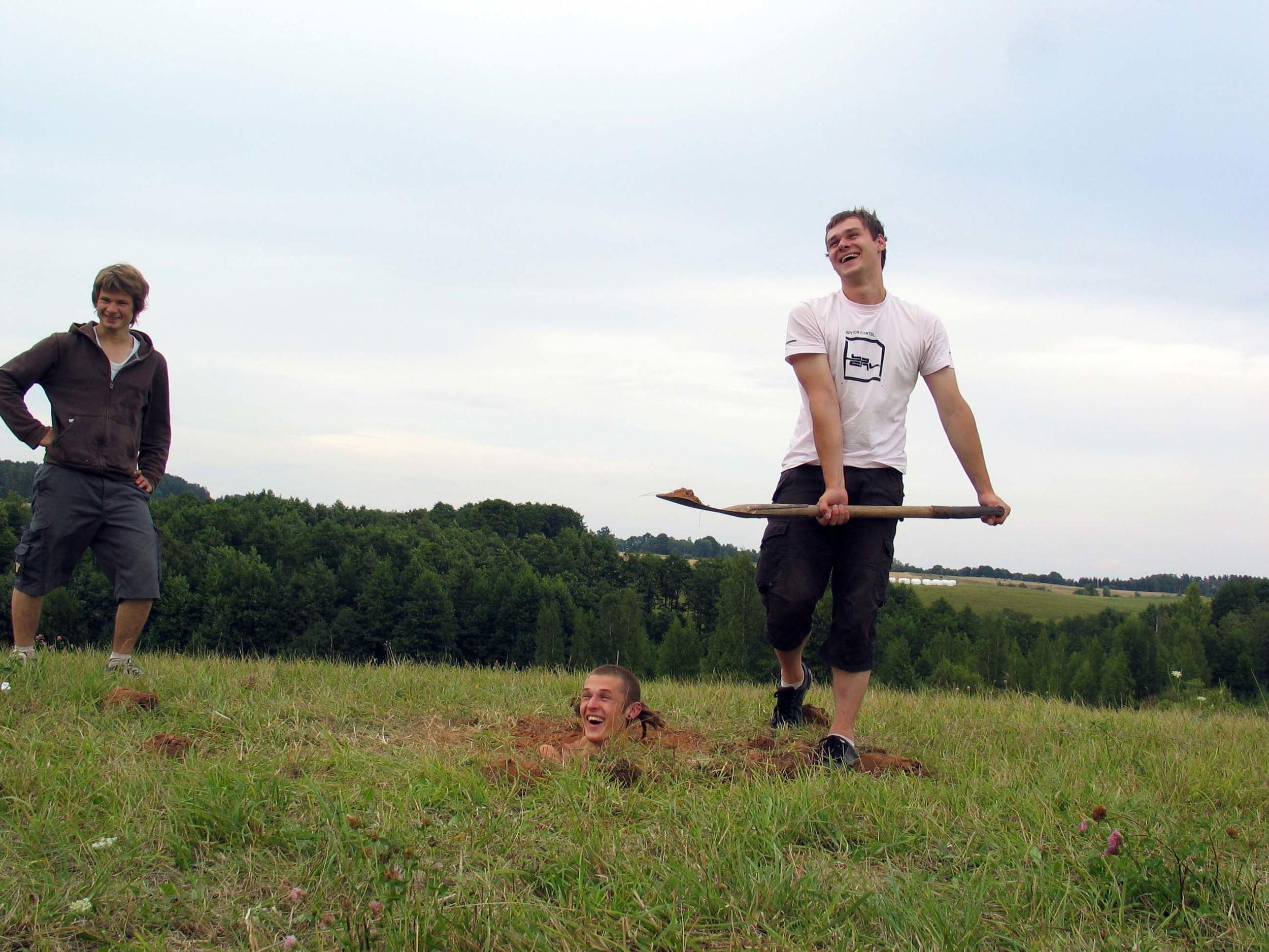 """Performansas """"Žemė"""", autorius Julius Kuršys, stovi Arnas Anskaitis ir Arūnas Lomonosovas Fotografas Žilvinas Danys"""