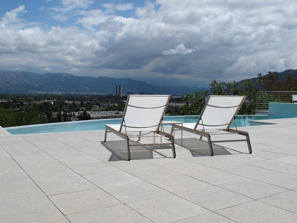 White_patio_chairs.jpg