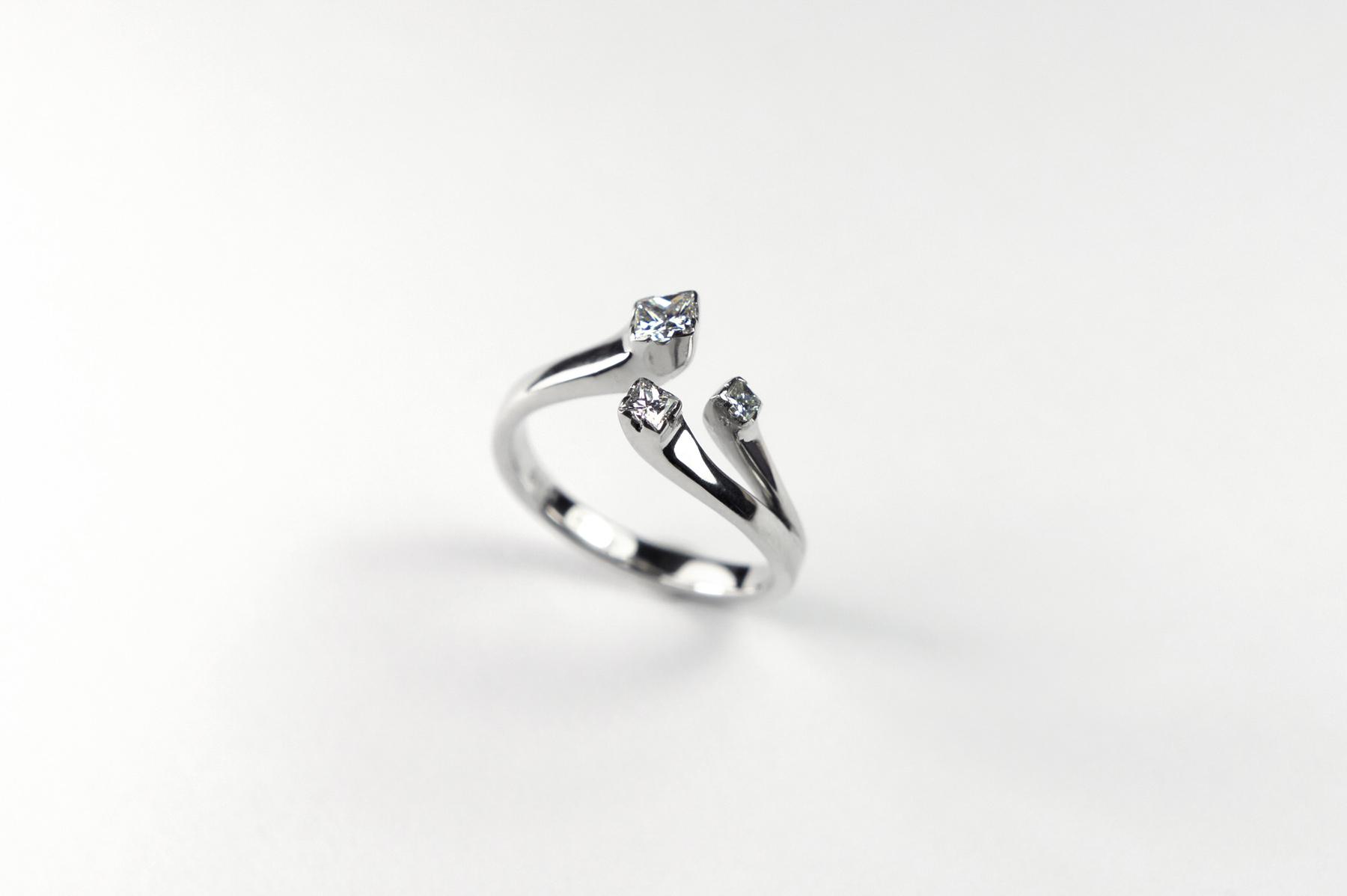 Anel Lorea, ouro branco 18k e três diamantes quadrados.