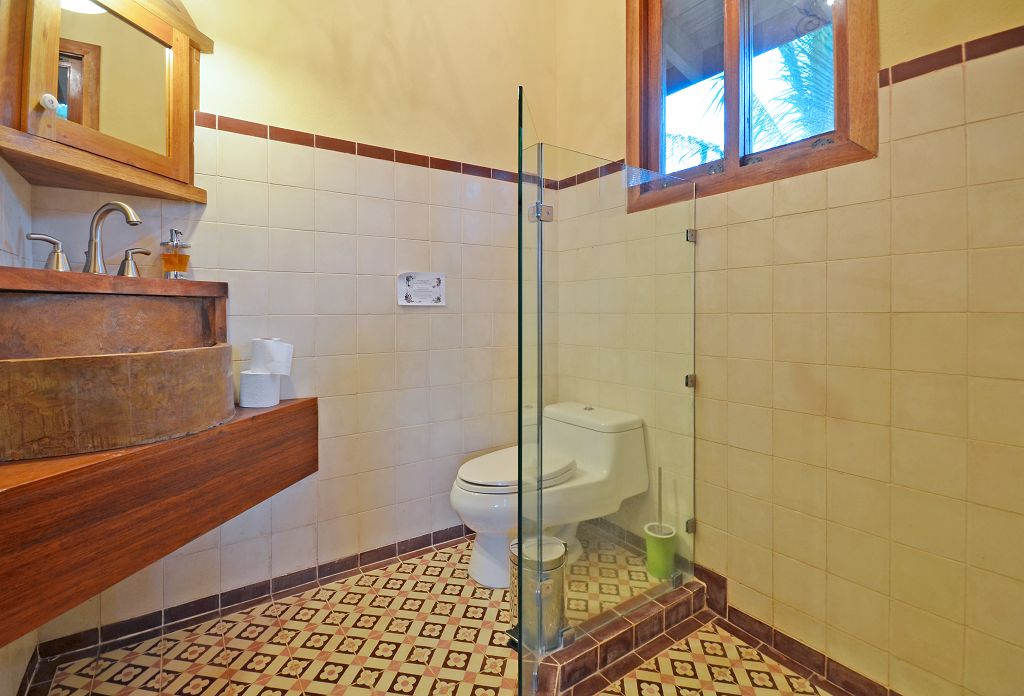komp-FincaAustria_Casa Colibrì_room-1-bath.jpg