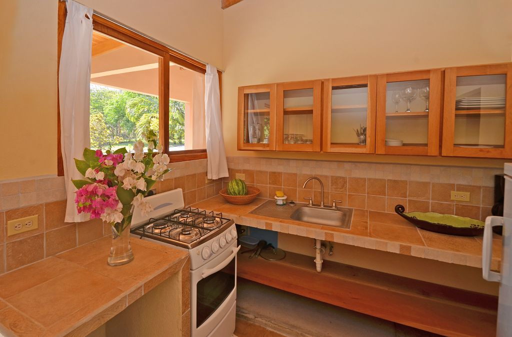 komp-FincaAustria_JungleLodge-Unit_1_kitchen-1.jpg