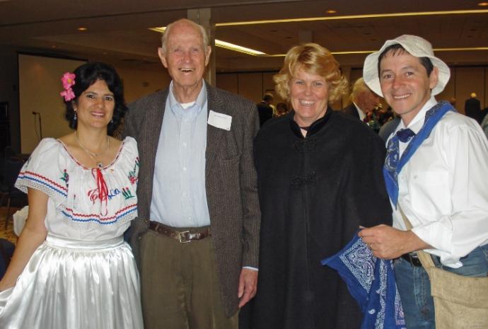 John Shackelford con su hija Charlotte con Eduardo y Sandra Ramirez de Costa Rica en un banquete Icthus.