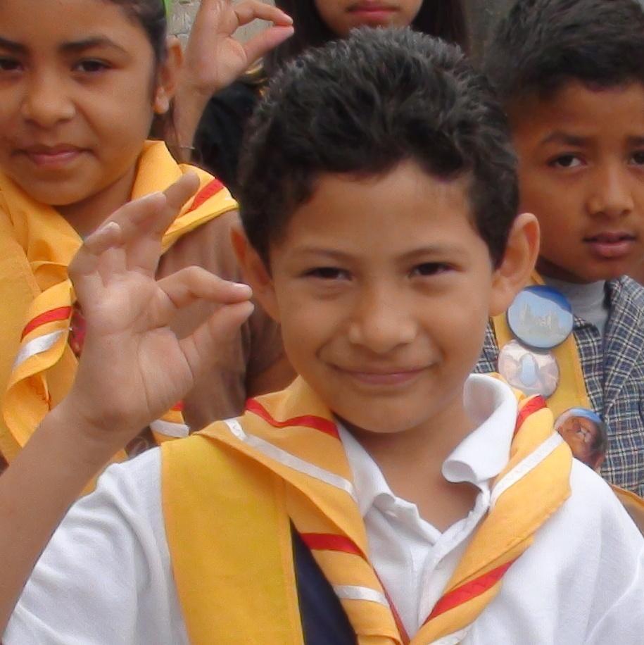 Un niño con su grupo de Héroes.