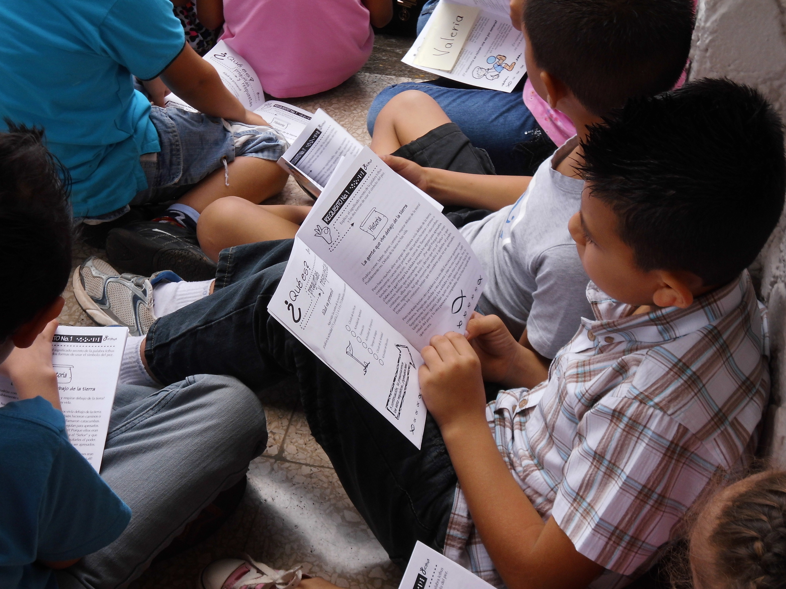 Un niño estudia su manual en Costa Rica.