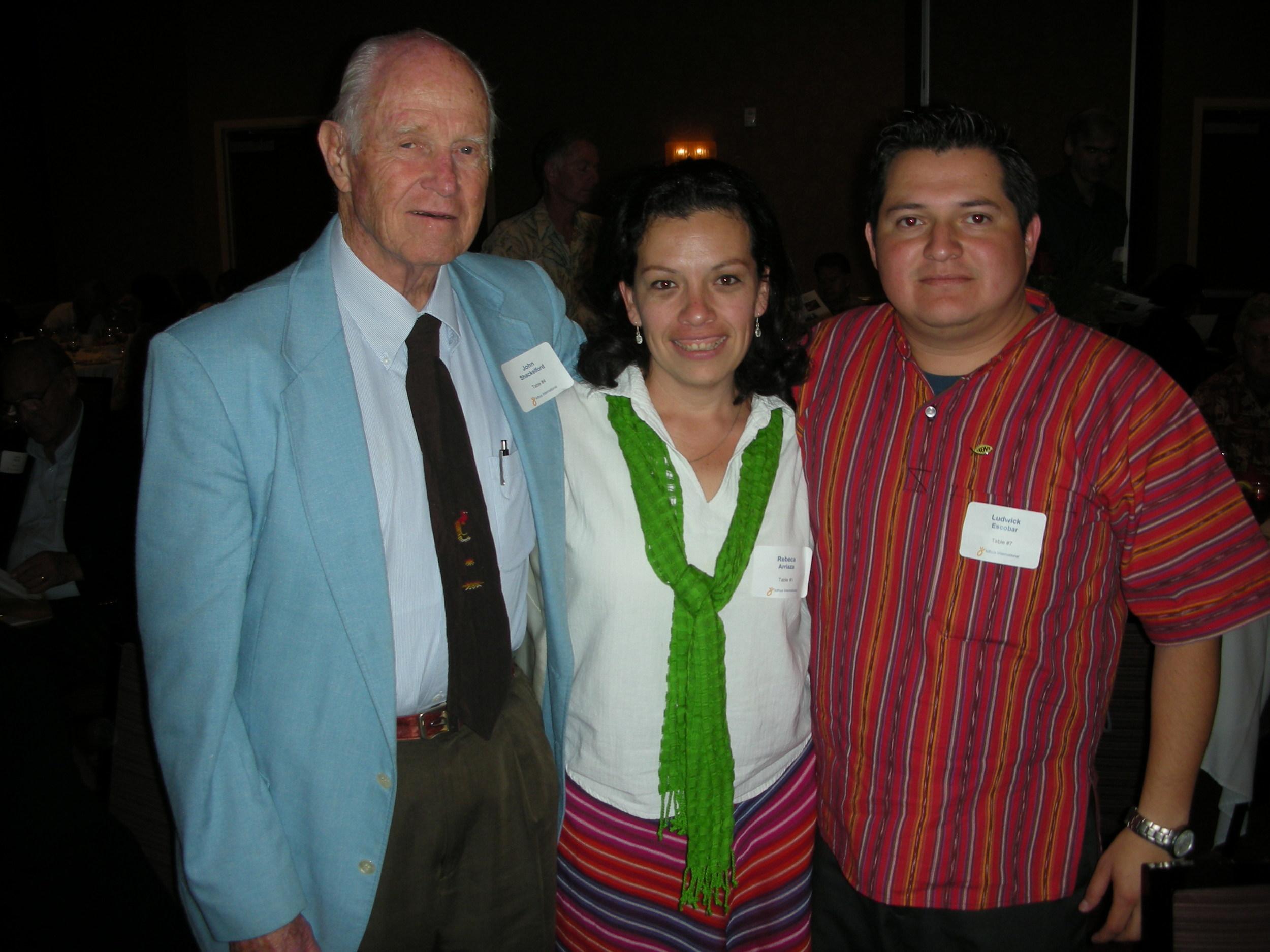 John con Rebeca Arriaza y Ludwick Escobar de Guatemala. Este era durante de un banquete de donantes en Los Angeles para levantar fondos para el ministerio Icthus.