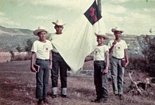 1965 - Muchachos mostrando el primer distintivo Icthus        Aprender sobre la Chispa que dió Inicio a Icthus